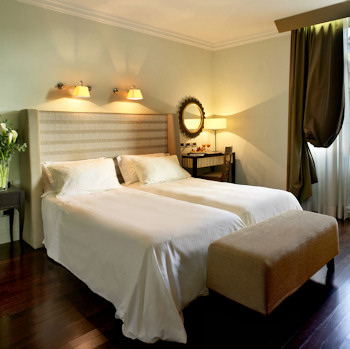 Hotel Bernini Bristol guest room with modern decor.